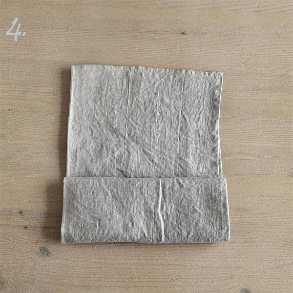 Trin 4 - fold en nederste del af servietten op en gang til.