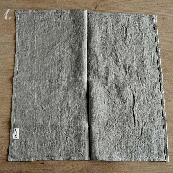 Trin 1 - læg servietten med den rette side mod bordet