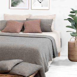 blødt grå sengetæppe i hør